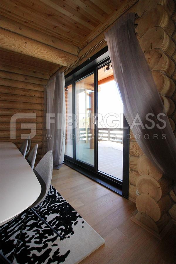 Раздвижная дверь в деревянном доме, фото