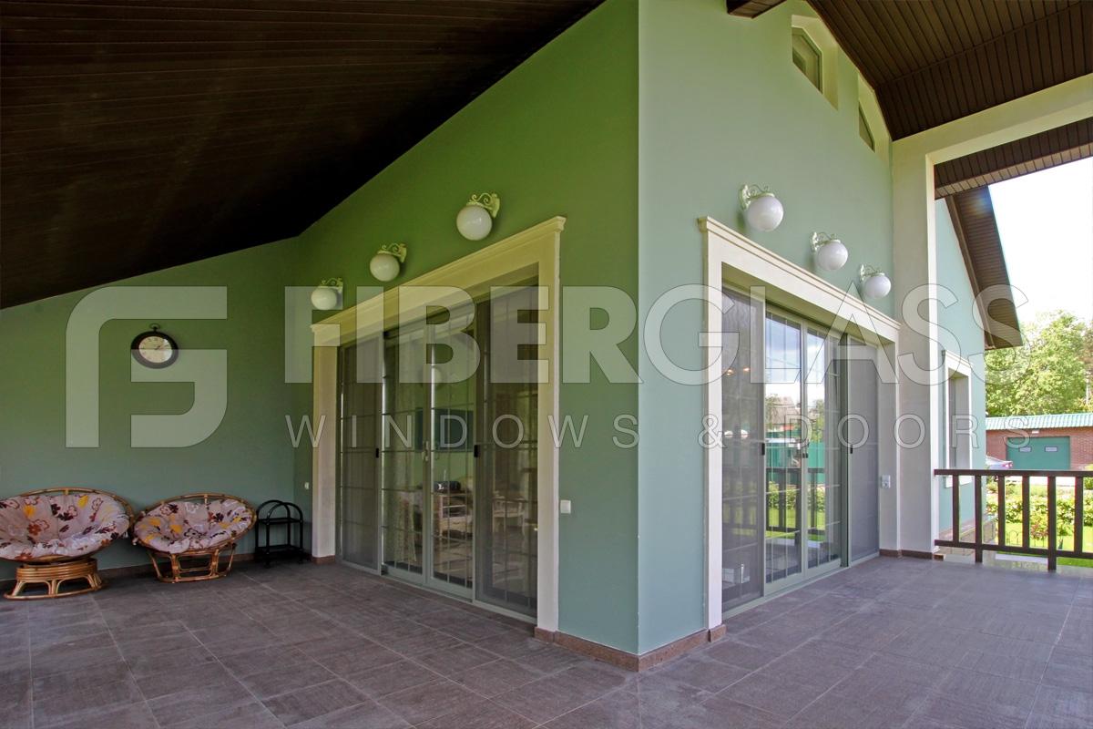 Раздвижные двери из стеклокомпозита, выход на балкон