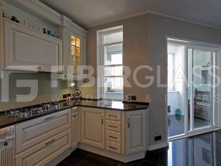 Подъёмное окно из стеклокомпозита на кухне