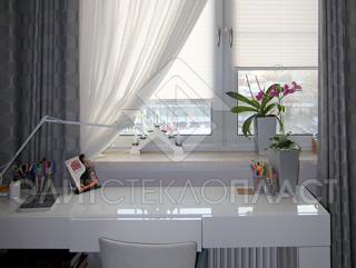 Окно из стеклокомпозита в гостинной